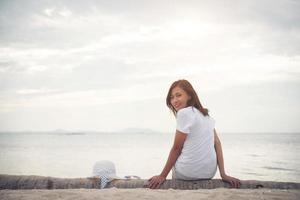 junge schöne Frau, die am Strand entspannt