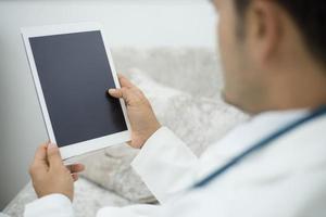 Arzt im Krankenhaus mit einem digitalen Tablet während einer Pause