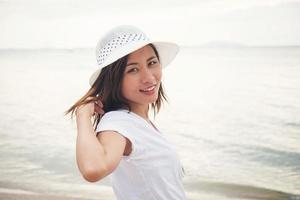 junge schöne Frau am Strand