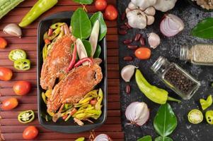 gebratene Krabben mit Currypulver auf einem Holzteller