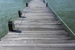 Holzdock auf dem Wasser für Hintergrund