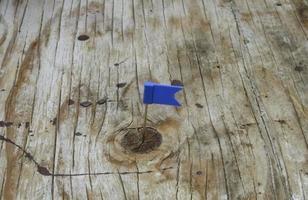 blaue Flagge auf Holz