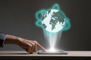 Geschäftsmann, der Handy mit globaler Netzwerkgrafik verwendet foto