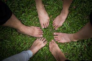 Gruppe von Freunden mit nackten Füßen zusammen