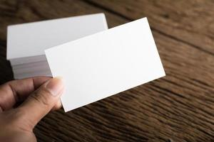 leere weiße Visitenkarte auf Holzhintergrund foto