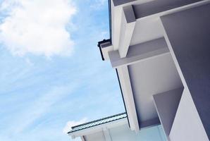 Flachwinkelfoto des weißen Gebäudes gegen bewölkten blauen Himmel foto