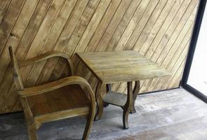 Stuhl und Tisch in der Nähe des Fensters
