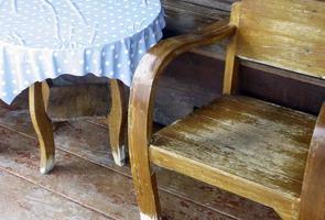 Holzbank und Tisch