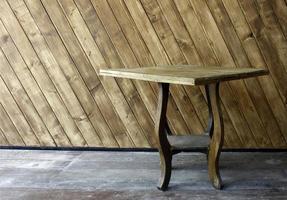 Holztisch draußen