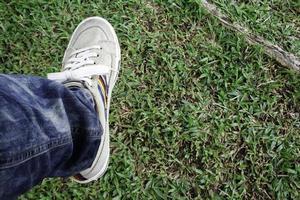 Person, die auf Gras tritt