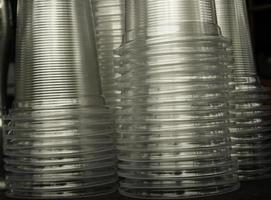 Stapel durchsichtiger Plastikbecher foto