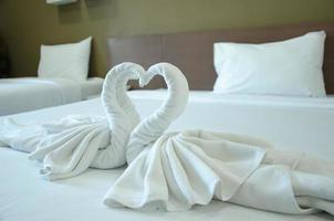Schwan Handtücher auf dem Bett foto