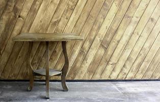 Holztisch auf Beton
