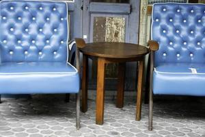 blaue Ledersessel und Tisch