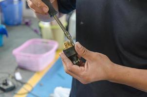 Reparieren einer Steckdose mit einem Schraubendreher foto