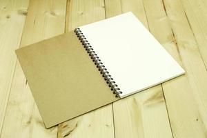 Öffnen Sie das leere Notizbuch auf dem Tisch foto
