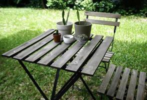 Tisch und Stühle im Freien im Gras