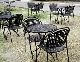 schwarze Tische und Stühle
