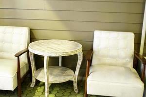 weiße Stühle und Tisch