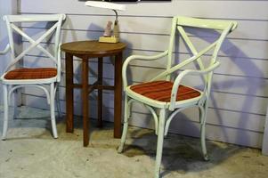 Tisch und Stühle im Freien mit Lampe