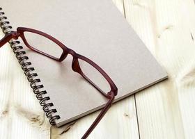 Brille auf Notebook foto