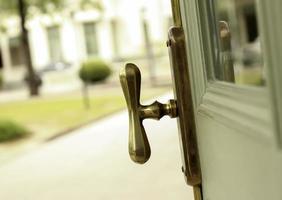 Retro Tür nach draußen führen foto