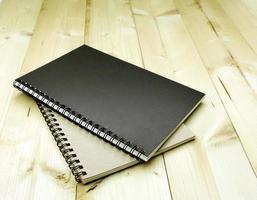 schwarze und braune Notizbücher foto