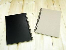 zwei Notizbücher auf einem Tisch foto