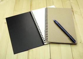 Notizbücher und ein Stift foto