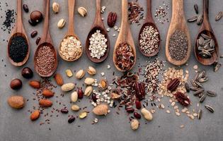 verschiedene Arten von Körnern und Getreide auf schäbigem Betonhintergrund