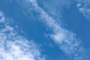 blauer Himmel mit hellweißen Wolken foto
