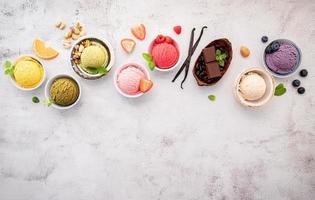 verschiedene Eissorten in Schalen foto