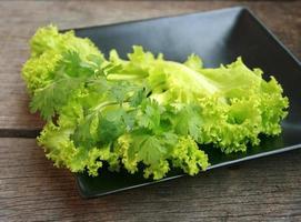 Salat auf schwarzem Teller