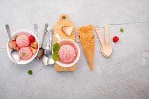 Erdbeereisgeschmack in weißer Schüssel foto