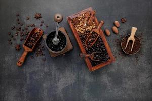 geröstete Kaffeebohnen mit Schaufel foto