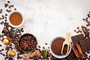 Hintergrund verschiedener Kaffee, dunkel geröstete Kaffeebohnen foto
