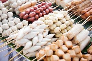 gebratene Fleischbällchen von einem Straßenhändler verkauft foto