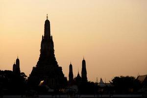 Silhouette von Wat Arun in Bangkok foto