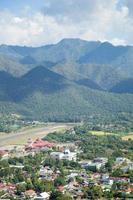 Flughafen in der Nähe der Berge