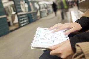 Person, die eine Karte auf einem Tablett betrachtet