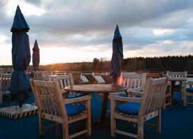 Sitzgelegenheiten im Freien bei Sonnenuntergang foto