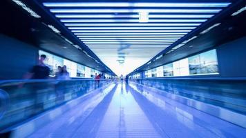 Seoul, Südkorea, 2020 - Langzeitbelichtung von Reisenden auf einem Flughafen