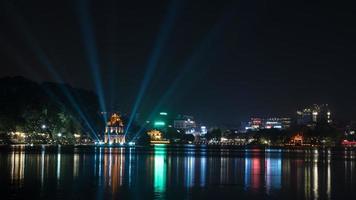 Hanoi, Vietnam, 2020 - Schildkröten-Turm am Hoan Kiem See in der Nacht foto