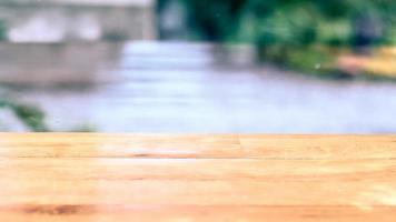 Tischfläche mit unscharfem Hintergrund