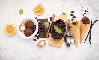 Schokoladeneisaromen in einer Schüssel mit dunkler Schokolade und Kakaonibs