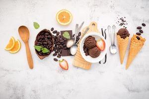 Schokoladeneis Aromen in der Schüssel