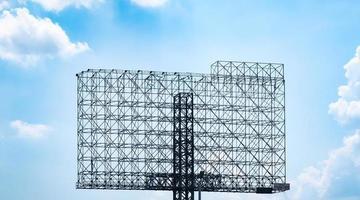 Stahlkonstruktion Plakatwand gegen blauen Himmel