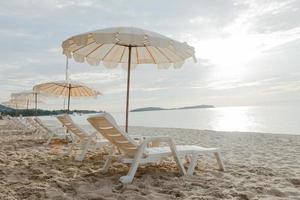 Liegen und Sonnenschirme am Strand foto