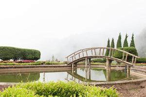 Brücke über einen Teich in Thailand foto