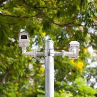 CCTV-Kameras auf einer Stange in einem Park